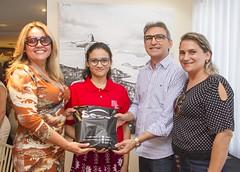 Mykaelly recebe o kit do Sesc da presidente do Sindivarejo Caicó e do presidente da Fecomércio RN, acompanhada pela mãe