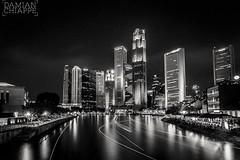 Río Singapur (Damián Chiappe) Tags: asia singapur arquitectura edificio esteladeluz largaexposición nocturna ríosingapur rascacielos blancoynegro singapore singaporeriver blackandwhite longexposure river skyscraper ciudadesdeasia asiancities ciudadesenblancoynegro blackandwhitecities
