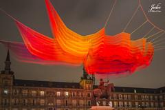 ESCULTURA FLOTANTE DE JANET ECHELMAN (Julio Millán) Tags: esculturas plazamayor madrid cielo noche iluminación nocturna