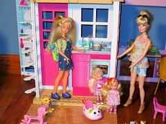 Babysitter Skipper (flores272) Tags: skipper skipperdoll barbie barbiedoll barbieclothing barbiehouse barbie2storyhouse kellydoll kelly sparklegirlz babysittingskipper babysitting pet barbiepet toydog barbiedog barbiekids
