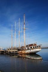 Velero abandonado (Aveiro, Portugal, 21-11-2017) (Juanje Orío) Tags: 2017 aveiro portugal costa barco boat ship reflejo reflection ría agua water velero ruina mar sea puerto