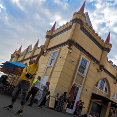 DSCN2061 (danimaniacs) Tags: sydney australia lunapark man guy building architecture reach