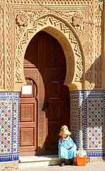 Woman Larache Morocco (ichauvel) Tags: femme woman viellefemme oldwoman assise sitting mosquée mosque porte door architetcure larache magreb morocco maroc afriquedunord northafrica afrique africa voyage travel exterieur outside rue street novembre november