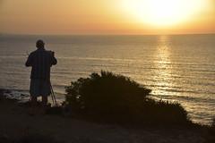 Versuch, den Sonnenaufgang an der Küste von Luz (Lagos) malerisch festzuhalten; Portugal, Algarve (9) (Chironius) Tags: portugal algarve luz atlantik atlantischerozean atlanticocean morgendämmerung sonnenaufgang morgengrauen утро morgen morning dawn sunrise matin aube mattina alba ochtend dageraad zonsopgang рассвет восходсолнца amanecer morgens dämmerung gegenlicht baumsilhouette person himmel sky ciel cielo hemel небо gökyüzü