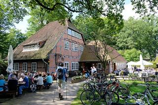 DSC_9865 Gasthaus in Wilsede / Lüneburger Heide - Tische in der Sonne, Fahrräder im Fahrradständer.