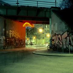 Red Crisp (ucn) Tags: berlin bridge modernekunst modernart brücke lichtenberg rolleiflexsl66 planar80mmf28 cinestill800t