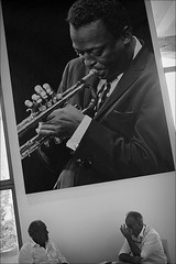 talking jazz (bostankorkulugu) Tags: milan milano lombardy lombardia italy men jazz italia triennale latriennaledimilano trombone louisarmstrong chat music musician trumpet trumpeter