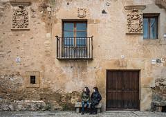 Plaza del ganado (Ignacio Ferre) Tags: pedraza segovia comunidaddecastillayleón españa spain nikon edificio building ventana window gente people plazadelganado