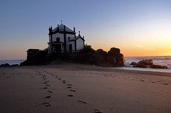 Capela do senhor da pedra (leal.fellipe) Tags: portugal porto vilanovadegaia viladegaia mar pedra capela pegadas praia céu entardecer oceano pôrdosol