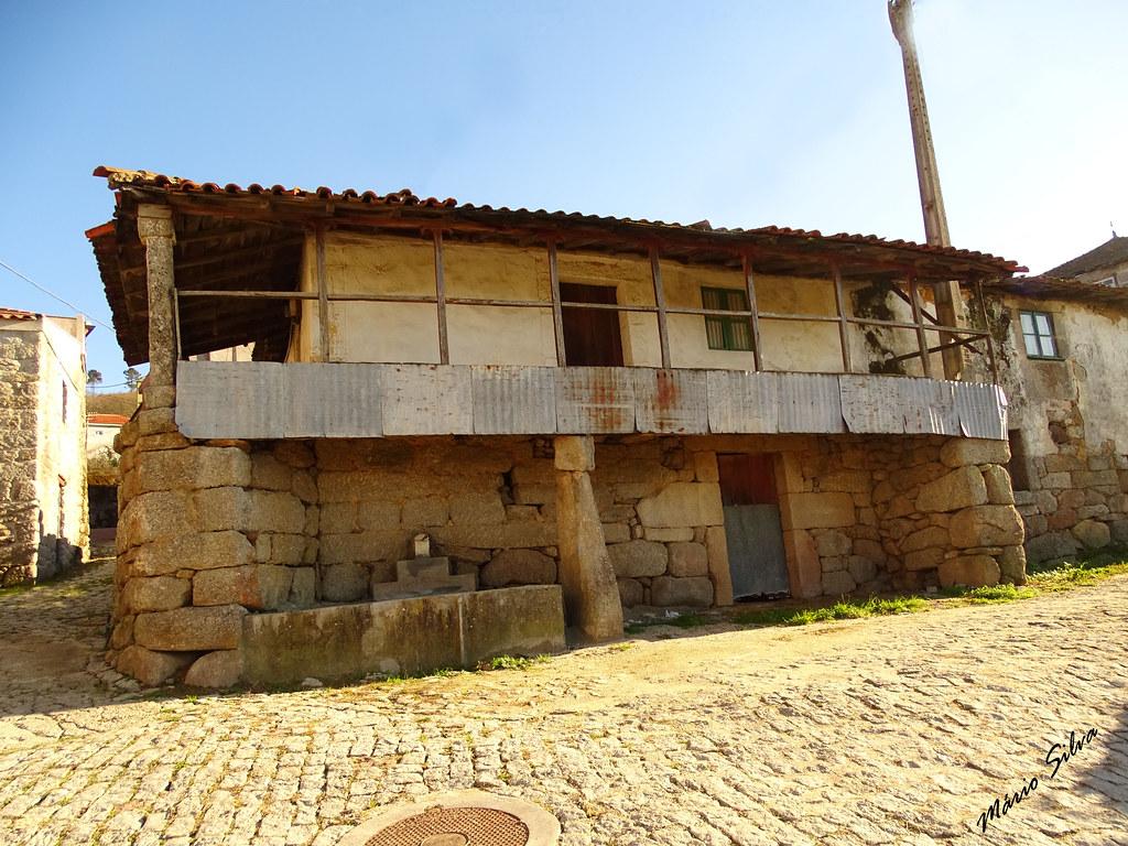 Águas Frias (Chaves) - ... um belo exemplar de casa típica da Aldeia ...