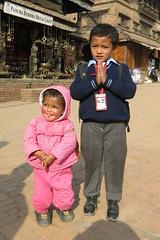 Pose à Bhaktapur (Népal) (michele 69600) Tags: enfant child népal bhaktapur asie asia portrait rose pink color couleur personnes