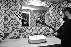 [il maniaco dei bagni] con Elianto  al Joy Milano durante PopUp (Urca) Tags: sce9796 milano italia 2018 ilmaniacodeibagni joymilano popup self selfportrait autoritratto cesso biancoenero blackandwhite bn bw nikondigitale scéta