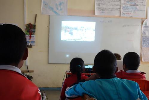 Nous avons commencé la séance en montrant aux élèves le reportage de Tousson sur la neige, ils ont été impressionnés car il n'en ont jamais vu !