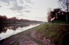 Passeggiata lungo il fiume (michele.palombi) Tags: river arno tuscany film 35mm winter fujifilm venus800asa olympus om1 colortec c41