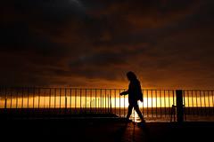 Passo a Passo 2 (JoFigueira) Tags: portugal pôrdosol sol entardecer sunset sun dusk silhouette silhueta silhuetafeminina sombra shadows contraste contrast céu sky madeira madeiraisland ilhadamadeira ribeirabrava mar sea pessoas people
