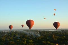 vol en montgolfière. Région de Bagan. Birmanie. Myanmar. Flight in hot-air balloon. Region of Bagan. Burma. (astrid.vaccaro) Tags: montgolfière vol air pagode temple myanmar birmanie