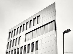 Sharp (frankdorgathen) Tags: streetlight streetlamp building architecture monochrome blackandwhite window facade business administration essen rüttenscheid grugacarree ruhrgebiet town city urban perspective minimalistic minimalism