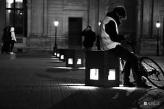 Attendre dans le froid... (auréliemaupilé) Tags: noiretblanc louvre ombre lumière vélo assis cube