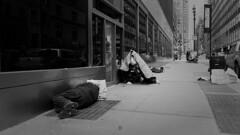 A escasos 300 metros de la exclusiva 5 Avenue de Nueva York. Me impactó mucho ver como los homeless se duermen encima de las rejillas, por las que sale el calor del metro. Muy fuerte!! (AlalbA 16) Tags: nuevayork