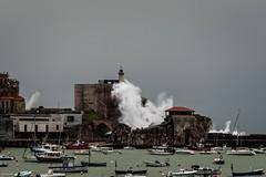Mala mar (Carpetovetón) Tags: nikond200 tamron70200 castrourdiales mar marcantábrico temporal olas oleaje costa cantábrico cielo castillofaro castillo puerto cantabria españa