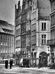 Der Prinzipalmarkt in Münster (alterahorn) Tags: sw bw street gebäude architektur menschen schnee advent dezember winter prinzipalmarkt münster