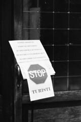 Stop Turisti (sirio174 (anche su Lomography)) Tags: turisti stop duomo porta ingresso divieto chiesa church cathedral