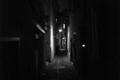 Kaminfegergasse . Alt-Züri (Toni_V) Tags: l1000609 rangefinder messsucher leicam9 leica 35lux 35mmf14asphfle summiluxm dof bokeh street bw monochrome schwarzweiss blackwhite night nacht city stadt kaminfegergasse altstadt zurich zürich switzerland schweiz suisse svizzera svizra ©toniv 2017 171201