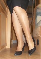 2017 - 11 - Karoll  - 719 (Karoll le bihan) Tags: escarpins shoes stilettos heels chaussures pumps schuhe stöckelschuh pantyhose highheel collants bas strumpfhosen talonshauts highheels stockings tights