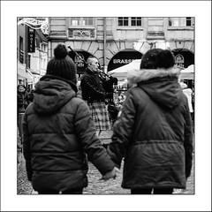 Un écossais en place (Napafloma-Photographe) Tags: 2017 arras architecturebatimentsmonuments artetculture artois bandw bw détailsarchitecturaux fr france géographie hautsdefrance métiersetpersonnages pasdecalais personnes placedeshéros techniquephoto blackandwhite cornemuse enfant instrumentsdemusique monochrome musique napaflomaphotographe noiretblanc noiretblancfrance pavés photoderue photographe place province streetphoto streetphotography street