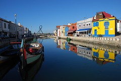 Reflejos en la ría (Aveiro, Portugal, 19-11-2017) (Juanje Orío) Tags: 2017 aveiro portugal ría reflection reflejo agua water costa barco boat ship europeanunion europe europa puente bridge