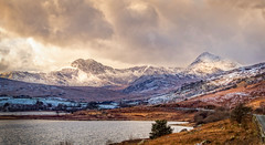 Snowdonia bathed in light (urfnick) Tags: canon eos 1300d snowdonia snowdon wales lake water clouds sunlight snow nationalpark