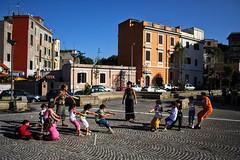 tiro alla fune in via mariano da sarno (solo a roma) Tags: italia lazio roma canon 350d pigneto viamarianodasarno bambini gioco tiroallafune sampietrini