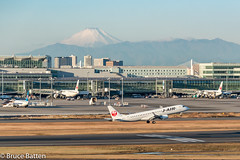 171226 HND-FUK-08.jpg (Bruce Batten) Tags: vehicles aircraft snowice transportationinfrastructure buildings shadows locations hnd automobiles airports honshu tokyo mountains fuji subjects japan airplanes ōtaku tōkyōto jp businessresearchtrips trips occasions