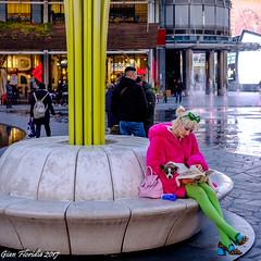 ...apprezzato anche dai cagnolini! (Gian Floridia) Tags: milano accogliente appreciated apprezzato cagnolino doggy lady lettura piacevole pink rosa signora sosta streetphotography