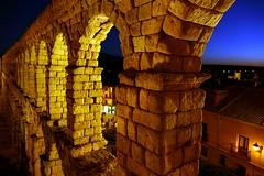 Acueducto de Segovia 2 (alfonsocarlospalencia) Tags: acueducto segovia noche amarillo piedras azul romano infancia farol agua historia monumento casas azoguejo recuerdos luz iluminación nocturna octubre otoño