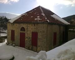 Êtes-vous là, les voisins? (Gilbert-Noël Sfeir Mont-Liban) Tags: winter hiver haus maison house kesserwan montliban liban mountlebanon lebanon schnee neige snow rot rouge red