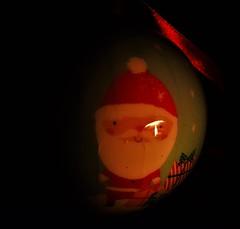 Christmas Bauble (Toes Frog) Tags: macromondays litbycandlelight bauble christmas candlelight santa fatherchristmas jule kerst noël weihnachten natale jul natal navidad рождество дедмороз jultomten papánoel nataldopai babbonatale pèrenoël kerstman julemanden kerstbal briks babiole spielerei gingillo bugiganga безделушка chuchería småsak ljus velas свечах lys lume kerzen chandelle kaars stearin macro