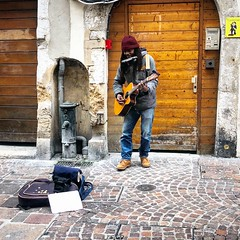 Busker in the streets of Annecy (Eric_G73) Tags: streetphoto guitar streetperformer streetmusician street musician annecy busking busker