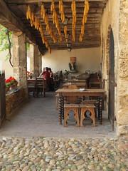 DSCF1817 (bvellieu) Tags: pérouges shop rhônealpes rhonealps bar restaurant maïs maize corn épidemaïs maiskolben corncob woodmadeceiling plafondenbois
