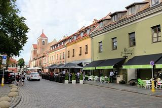 DSC_5704 Restaurants und Cafés beim Rathaus von Kaunas - im Hintergrund die Kathedrale  St. Peter und Paul in der Altstadt.