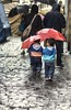 Bajo la lluvia... (cruzjimnezgmez) Tags: airelibre retratos calle lluvia hermanos dos rojo paraguas bajolalluvia paso