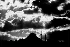 : 340 : (la_imagen) Tags: türkei turkey türkiye turquía istanbul istanbullovers moschee mosque camii heaven himmel cloud wolken mood stimmung sw bw blackandwhite siyahbeyaz monochrome street eminönü