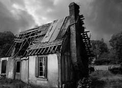 Little House on the prairie (francis_erevan) Tags: ruine ruin house decay destroyed détruit déglingué cassé blackandwhite noiretblanc cauchemar nightmare angoisse