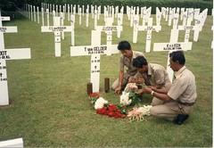 Indonesie militair kerkhof bij graf Tonnie van Gelder foto ca 1980 Collectie Henk van Gelder Echos 2017 2 (Historisch Genootschap Redichem) Tags: indonesie militair kerkhof bij graf tonnie van gelder foto ca 1980 collectie henk echos 2017 2