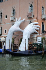 """Support"" by Lorenzo Quinn [Venice - 30 July 2017] (Doc. Ing.) Tags: 2017 venice veneto italy nordest casagredohotel 56thartbiennale 56thbiennale 56thvenicebiennale vivaarteviva ve collateralevent lorenzoquinn support hands white canalgrande installation"
