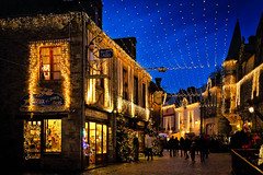 Rochefort en Terre (quibe5675) Tags: lumières illuminations noel nuit commerces vitrines ciel architecture médiévale lights illumination christmas night shops showcases sky medieval people luces iluminación navidad noche tiendas vitrinas cielo arquitectura gente bretagne france