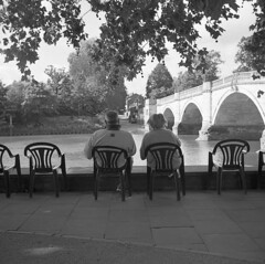 Couple relax by river, Richmond Upon Thames, Yashica 635 & Ilford HP5.Film 54 (2) (richardhunter3) Tags: richmond thames river boats summer shade london street yashica tlr 635 ilford hp5 couple