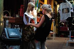 Trocando a roupa (fotojornalismoespm) Tags: manequim vendedora estilo estilosa moda mercadoverdemix viradasustentável virada verde diferente inusitado eclético trocaderoupa roupa