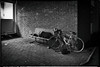 Peu confortable !!! (Des.Nam) Tags: nb noiretblanc noirblanc bw blackwhite monochrome mono nuit denuit vélo sansabri rue street streetphotographie silverefex desnam fuji fujinon fujixpro2 18mmf2 xpro2 xprostreet
