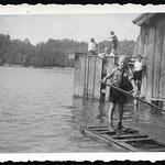 Archiv O675 Improvisiertes Wasserfloss, 1930er thumbnail